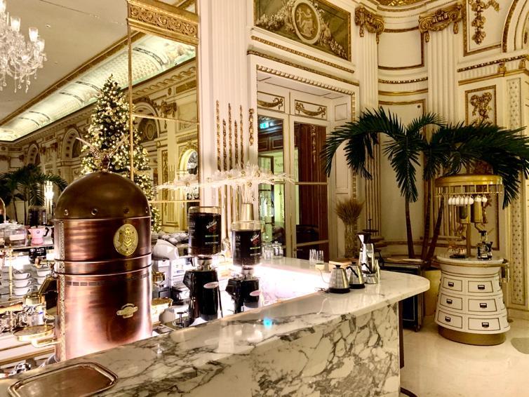 Foto di interno bar in marmo