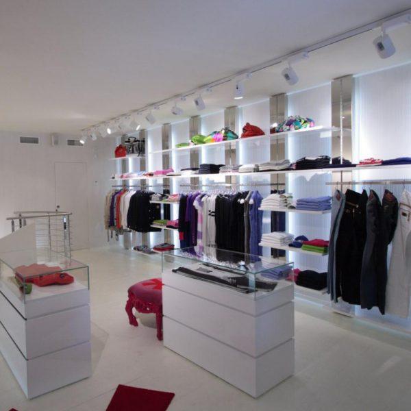 Foto di arredo di un negozio di abbigliamento